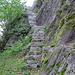 die Treppe schmiegt sich an den Fels