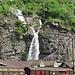 Blick vom Bahnhof Biasca auf den sich kreuzenden Wasserfall