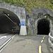 Links Strasse heute, kleines Tunnel letzte Generation für Velo, und ganz rechts Wanderweg
