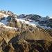 Vue sur les Fünffingerstöcke, l'Undertalstock et le Rotbärgli. Devant à gauche l'Uratstock et à sa droite le Schattmigestock. A droite de ce dernier l'Uratgletscher, une très belle descente à ski qui ramène à la Wendenalp. Au fond à droite le Sustenhorn.