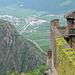 Ausblick vom Innenhof des Schloss Juval ins fast 400 Meter tiefer gelegene Tal der Etsch