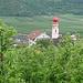 Charakteristisch für den Vinschgau: Zwiebelturm der Pfarrkirche von Tschars über den Apfelplantagen