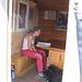 Daniela legge il libro di rifugio del Salbitbiwak.