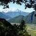 Die breite Ebene des Valchiavenna mit Lago di Mezzola, dahinter der Monte Legnone 2609m