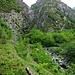 Der hier sichtbare Unterlauf des Valle Lobbia wird als Valle di Pericchio bezeichnet. Der Fluss als Torrente Pericchio. (Danke Frank)