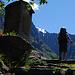 Dietro la cappella di Sùradoo fa capolino la punta Redescala