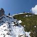Abstieg durch die Schneerinne. Rechts oben Pt 1706 (Chilchli)