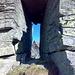 """""""Triumphbogen"""" auf dem Bedéia-WNW-Grat mit Durchblick auf den Piancói-N-Gipfel"""