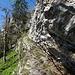 Das mit Ketten gesicherte Felsband, das zur Cave Noir führt