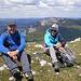 Meine beiden unermüdlichen Bergfreunde geniessen die Gipfelrast auf dem Le Suchet, im Hintergrund die Aiguilles de Baulmes