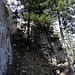 entlang und zwischen Felswänden hinauf ...