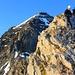 Bergsteiger auf dem Böse Tritt (3224m), dahinter das Gspaltenhorn (3436,1m). Auf dem Gipfel vom Böse Tritt beginnt die Kletterei zum Gspaltenhorn. Der Böse Tritt ist der erste und höchste Gratzacken des Leiterengrates. die Gratzacken werden entweder überklettert oder seitlich umgangen. Vom letzten Gratzacken führt ein Risskamin (Fixseil) hinunter in die Lücke vor dem eignetlichen Aufstieg über den Nordwestgrat zum Gspaltenhorn.