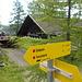 direkt bei der Hütte beginnt der Aufstieg über die im Winter als Skipiste genutzten Wiesen