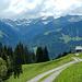 Geradeaus führt der Alpweg hinaus nach Berngat. Ich bog nach links zum Vorsäß Wika ab.