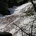 Reichlich Lawinenschnee bedeckt den Riale d'Iragna auf 1000 m