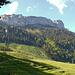 Blick auf die Aufstiegsroute und die lange Felswand, welche die Alp Sigel auf der Nordseite begrenzt.