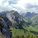 Blick hinüber zur Marwees. Im Hintergrund die beiden höchsten Alpsteine, der Altmann links der Bildmitte, der Säntis rechts davon.