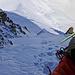 Gehörig Luft unter dem Allerwertesten. Die eisige Gipfelflanke kann grösstenteils durch dieses Couloir umgangen werden.