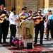 Es werden laut christliche Lieder vor der Katedrala Srca Isusova in Sarajevo gesungen. Dabei tanzten Christen in inem grossen Kreis auf dem Vorplatz der Kirche.