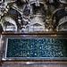 Der Eingang zur Kuršumlija in Sarajevo ist mit arabischer Kalligrafie geschmückt. Die Kuršumlija ist ein Teil der Hauptmoschee Gazi Husrev-begova Džamija. Die Kuršumlija war eine Medresse und diente als Bildungstätte. Sie war Vorgänger der Universität von Sarajevo.