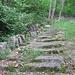 Un tratto del sentiero intagliato nella roccia.