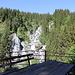 Aussichtskanzel mit Blick auf einen Wasserfall.