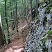 entlang der Felsen