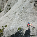 Tourinette beim Begehen der Rinne, links der steile Schutthang