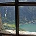 Um durch das Kirchenfenster zum See hinunter zu sehen, muss man akrobatisch auf den schmalen Lehnen der Bänke balancieren