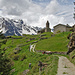 Abschied von San Romerio. Der Besitzer der Alp zäunt für den Alpaufzug.