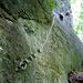 Hier geht der Wälderklettersteig los. Mit kräftigem Zug an den beiden Bügeln kommt man vom Boden an das dort ca. 3m hohe Seil ran.<br />(Einstiegswand D)
