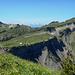Altenhof Alpe und die Steilabbrüche zwischen Salzbödenkopf und Alpkopf. Am Horizont die Alviergruppe.