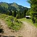 Die Einmündung in den offiziellen Wanderweg. Nach links gehts zur Binnel Alpe hoch, geradeaus hinunter zur Achrain Alpe und zum Forstweg im Valorsertal.