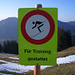 Immerhin ist trainieren erlaubt... Hoffen wir, der fliegt nicht auf die Schnauze im Gras!