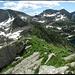 Auf dem Gipfelgrat, Blick zum Lago di Sfii (rechts, Aufstieg) und zum Lago del Pèzz (links, Abstieg). In der Mitte Cima del Lago (Bild zusammengesetzt aus vier Aufnahmen im Hochformat).