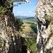 die Scharte, von der Treppe zwischen den Gipfeln aus aufgenommen; gerade noch sichtbar: die Ruine Gilgenberg