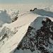 Hinten im Bild die Signalkuppe 4554m mit der Capanna Margherita.<br />Vorne die Zumsteinspitze 4563m mit dem Verbindungsgrat zum Grenzgipfel 4618m.