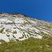 Steckenberg: Unter der Südwand mit den markanten Überhängen. Sie befinden sich auf halber Höhe bis zum Gipfel.