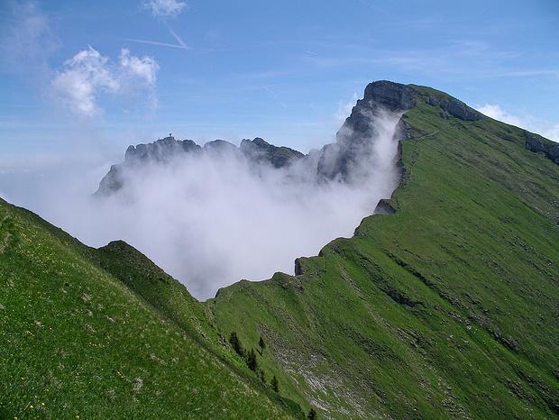 Nebel kriecht auf den Grat zwischen Tomlishorn und Widderfeld