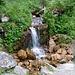 Schöner Wasserfall am Wegesrand.