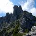 Ab hier hat man das Felsrevier der Drei Schwestern hinter sich. Die Große Schwester wird aber von ihren kleinen Geschwistern (2.048m und 2034m) verdeckt.