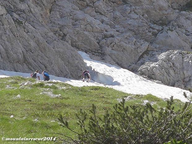 Auf abenteuerlichen Wegen versuchen BergsteigerInnen den Einstieg zu erreichen