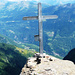 Pizzo Mezzodì - Gipfelkreuz und Tiefblick auf die Leventina