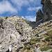 A destra della bocchetta, la Guglia di Brasciàdico. A sinistra, la via di salita per il Pizzo d'Alterno (la vetta, Punta Black, è coperta)