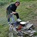 Kochspaß vor der Hütte mit Tourinette