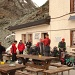 Franzosen packen ihre Sachen auf der Hörnli-Hütte