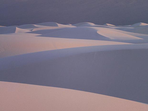 White Sands Desert in New Mexiko. Mit dem Tele-Objektiv lassen sich interessante Sandformationen einfangen.