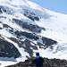 Über die linke Mittelmoräne des Athabasca Gletschers hinauf gegen die Eisfälle
