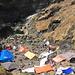 Einheimische, die neben den heissen Quellen (im Hintergrund) ihr Lager aufgeschlagen haben