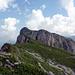 Blick zurück vom Heftibode zum Strick mit dem höchsten Punkt mit Gipfelwegweiser links und Gipfelkreuz rechts.